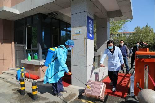 学生返校进入校园前消毒演练_meitu_2.jpg