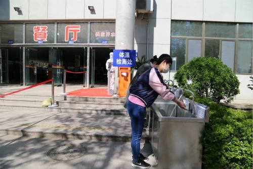 学生进入食堂前洗手消毒演练_meitu_9.jpg