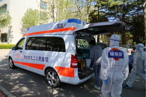 体温异常学生乘坐120负压车前往医疗机构发热门诊演练_meitu_6.jpg